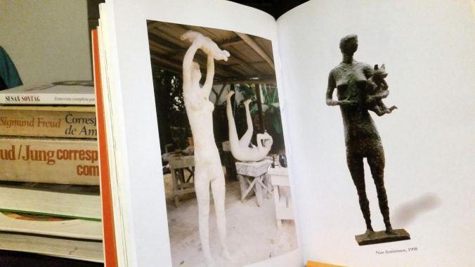 livro e mulheres criança