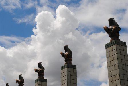 LINDA esta foto do céu e esculturas cerâmicas