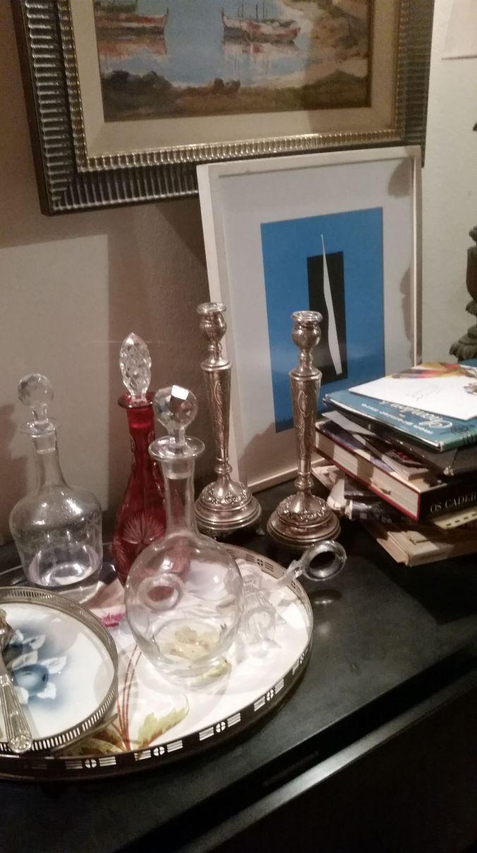 objetos na mesa preta sala