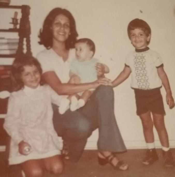 com os três filhos Joana no colo