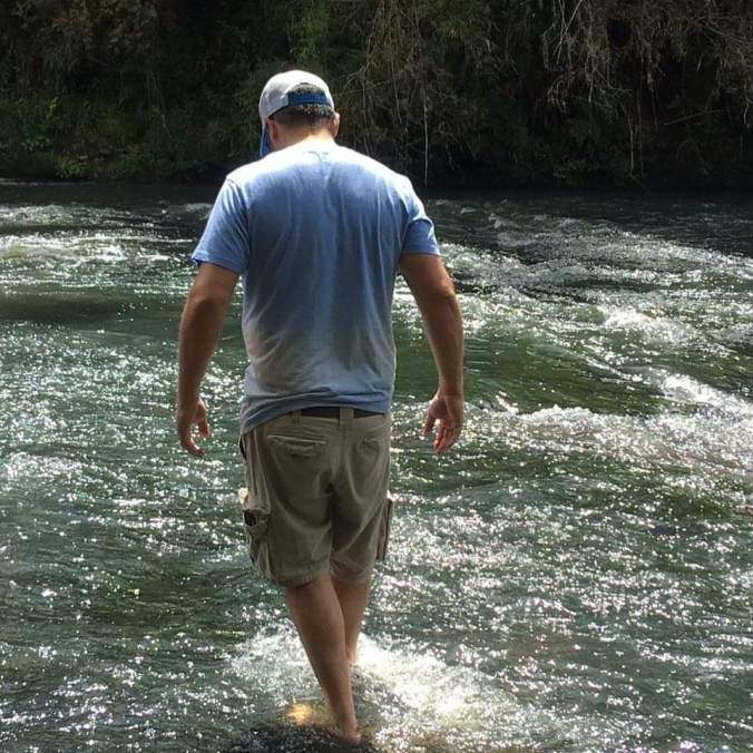 Foto do Maurício de cotas caminhando na água