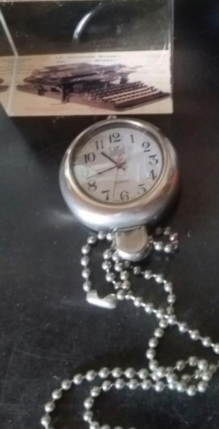 relógio e máquina