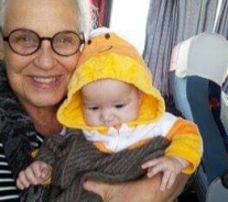 valentina pequena no avião