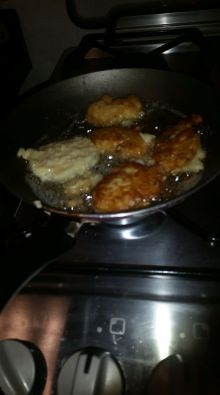 na frigideira fritando