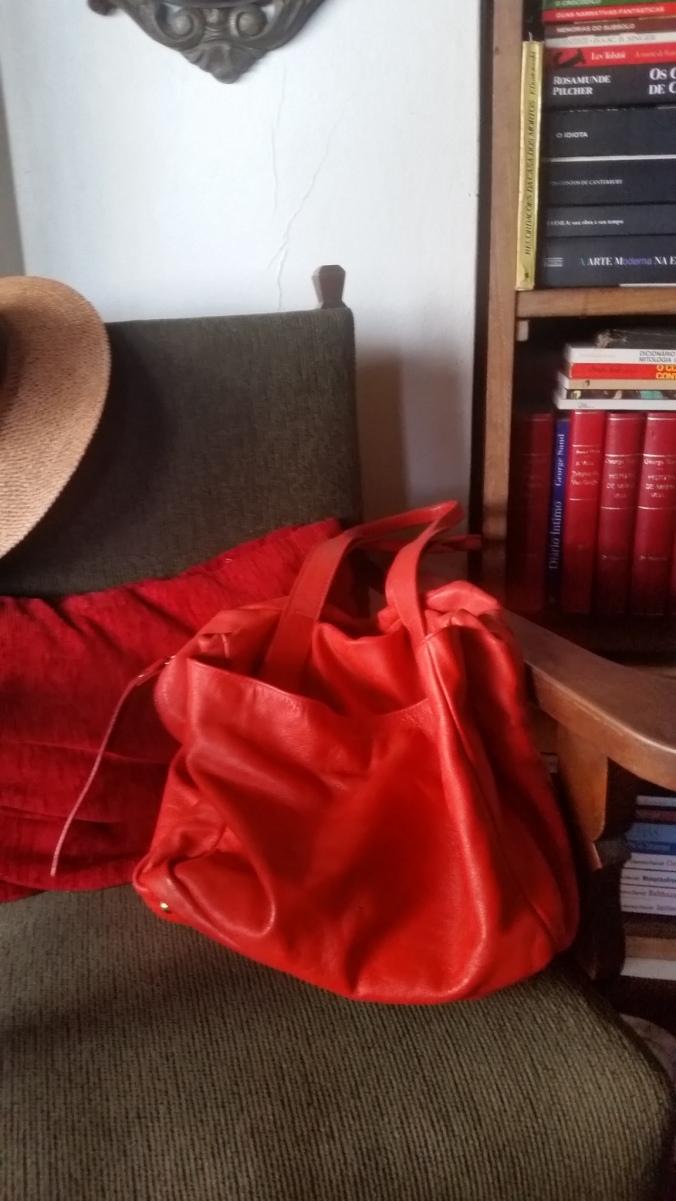 linda na cadeira bolsa vermelha