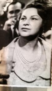 a mãe em 1967 o noivo estava ao lado ela cortou