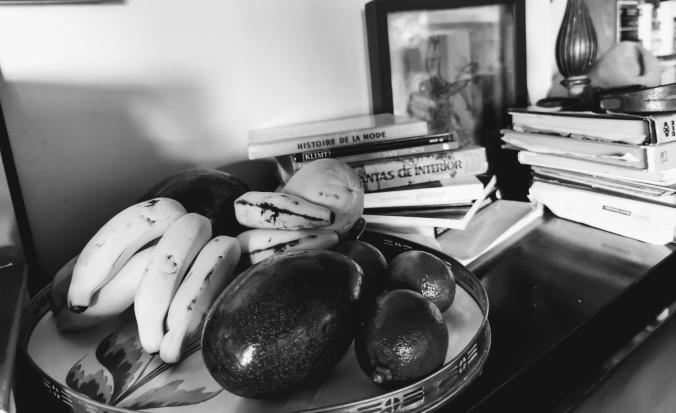 branco e preto na mesa