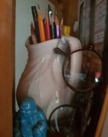jarro branco e buda e óculos